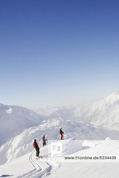 Skifahrer und Snowboarder