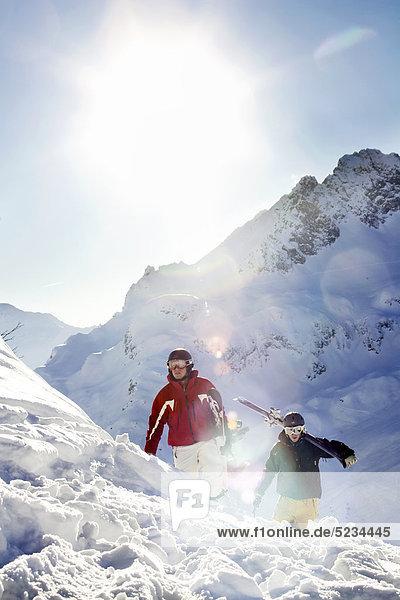 Snowboardfahrer und Skifahrer am Arlberg