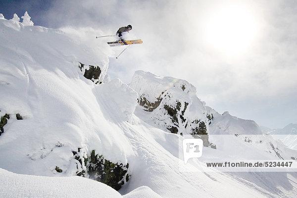 Skifahrer beim Sprung