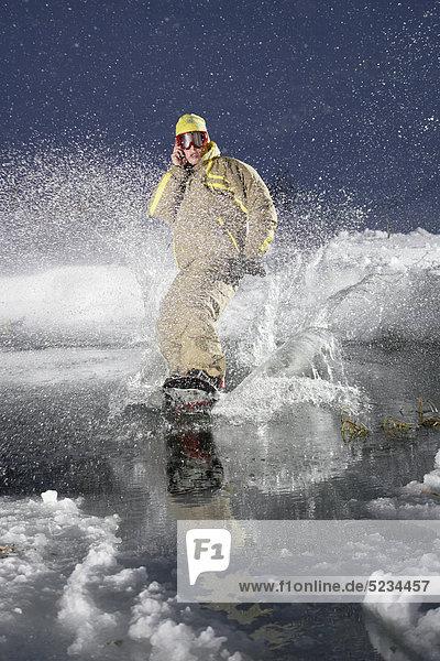 Snowboarder telefoniert