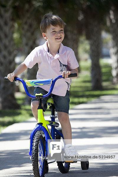 Ein Junge auf dem Fahrrad