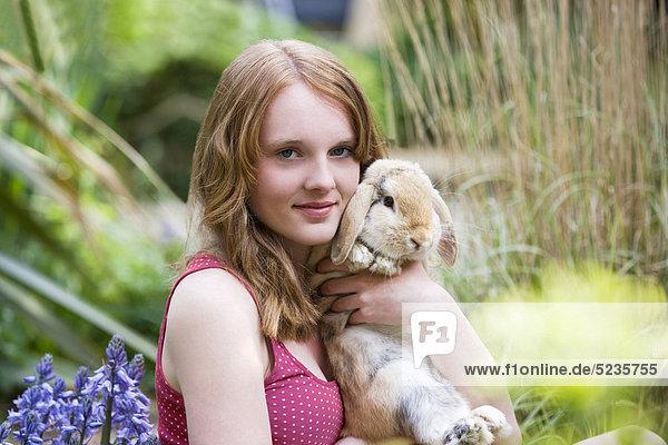 Ein junges Mädchen  halten ihr Haustier-Kaninchen
