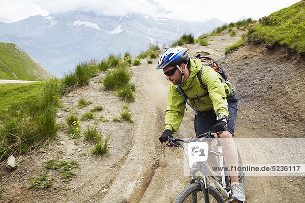 Mountainbiker auf Schotterpiste