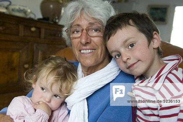 Großmutter mit jungen Enkeln  Portrait