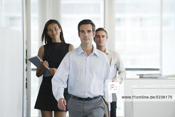 Führungskräfte  die im Büro unterwegs sind
