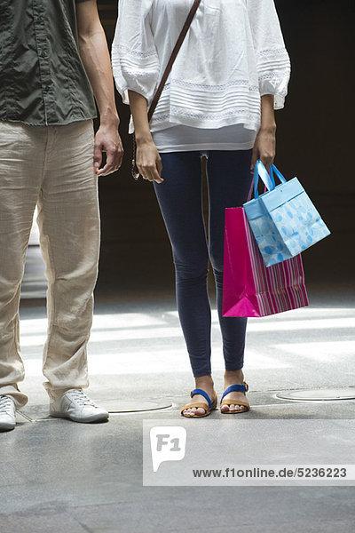 Paar mit Einkaufstaschen  beschnitten