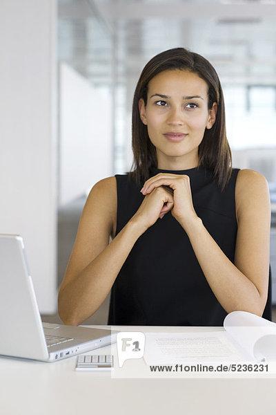 Geschäftsfrau beim Nachdenken  Porträt