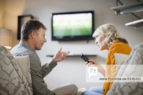 Paar streitet über Fernbedienung