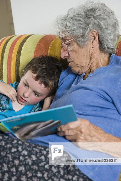 Großmutter und Enkel lesen gemeinsam Buch