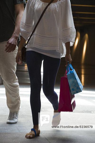 Menschen  die auf Einkaufstaschen gehen  abgeschnitten.