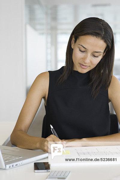 Geschäftsfrau bei der Arbeit  Portrait
