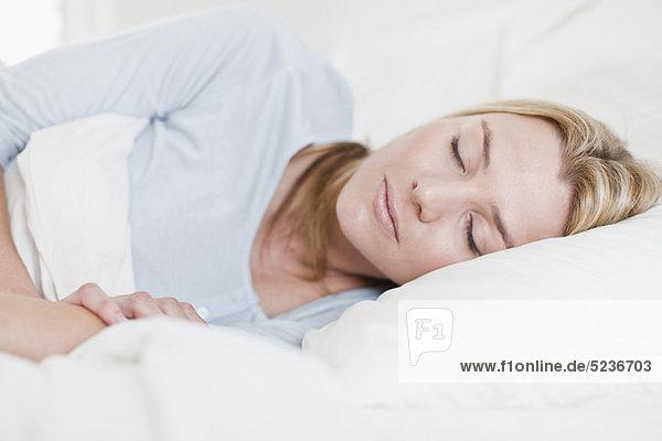 Nahaufnahme der schlafenden Frau im Bett