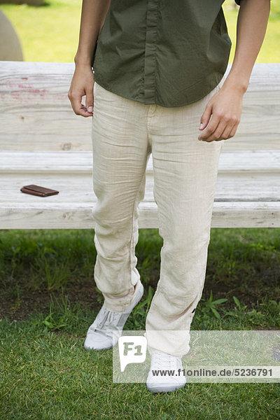 Mann auf Gras stehend  niedrige Sektion