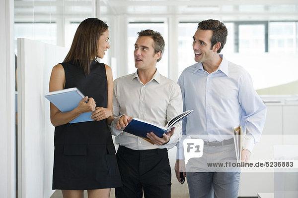 Geschäftspartner beim gemeinsamen Gehen und Reden