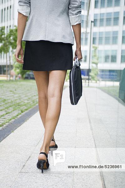 Gehende Frau mit Aktentasche  niedrige Sektion