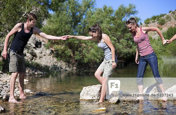 überqueren  Jugendlicher  Felsen  Fluss