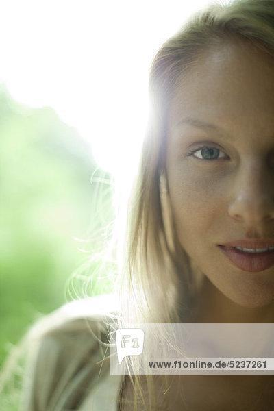 Frau Lächeln in die Kamera  zugeschnittenen Porträt