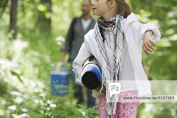 Mädchen zu Fuß im Wald  zugeschnitten