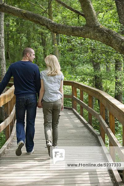 Couple walking am Boardwalk in Wäldern