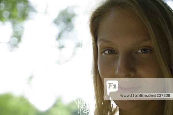 Junge Frau im Freien  portrait