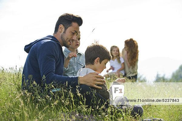 Vater sprechen mit Söhnen im freien