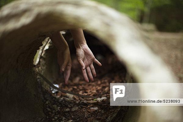 Hände  durch konkrete Leitung sehen