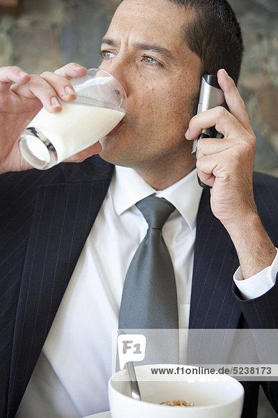 Handy  Geschäftsmann  Frühstück