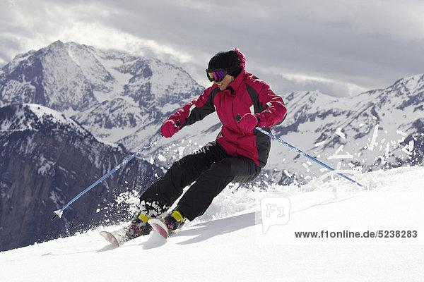 Skifahrer mit Tricks auf der Piste