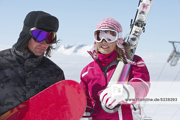 Skifahrer mit Ausrüstung im Freien