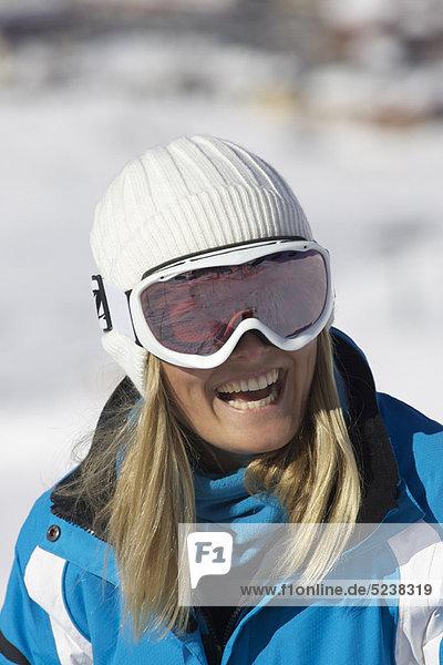 Lächelnde Frau mit Skibrille