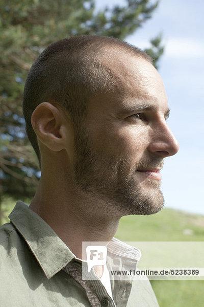 Mann in der Natur  Porträt  Profil