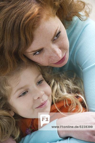 Mutter umarmen Töchterchen