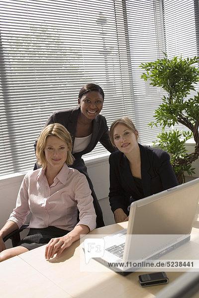 Zusammenhalt  benutzen  Geschäftsfrau  Notebook