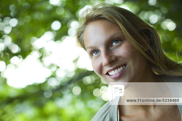 Junge Frau Lächeln  Nachschlagen  portrait