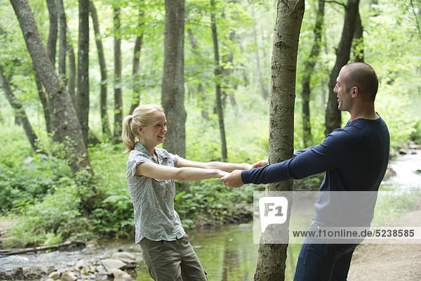Couple Holding hands um Baum im Wald