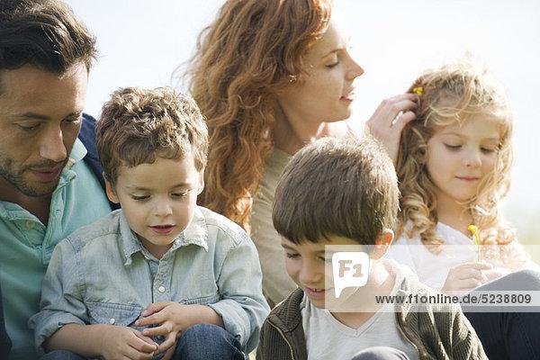 Zusammen draußen entspannen Familie