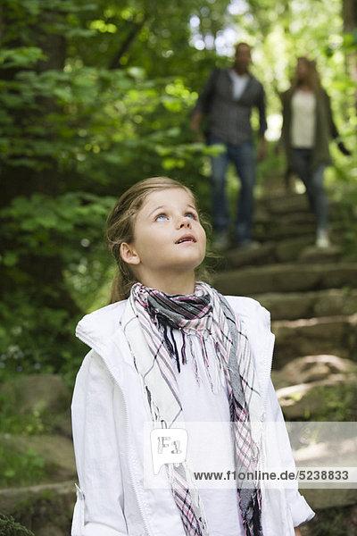 Mädchen stehen in Wäldern  in Ehrfurcht nachschlagen