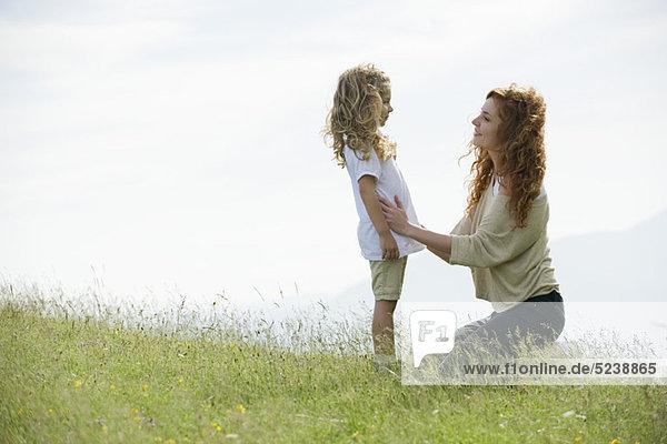 Mutter beruhigend junge Tochter im freien