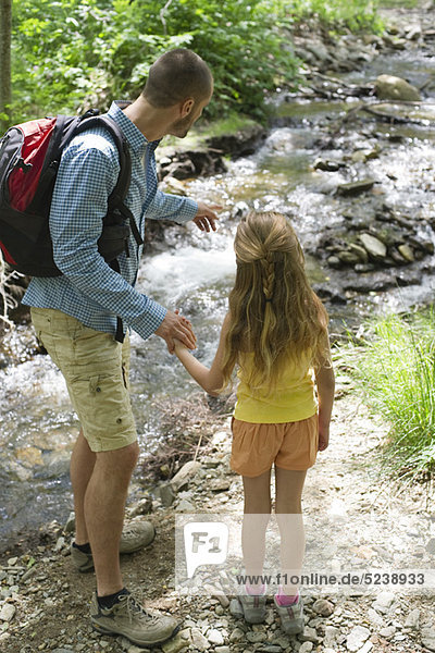 Vater und Tochter Blick auf Stream  Rückansicht
