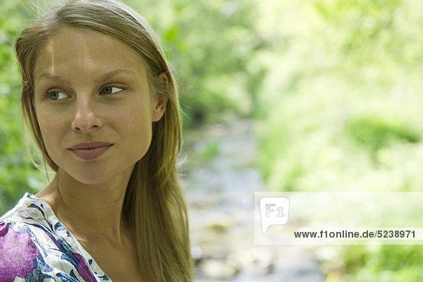 Frau im Freien  auf der Suche entfernt in dachte  Porträt