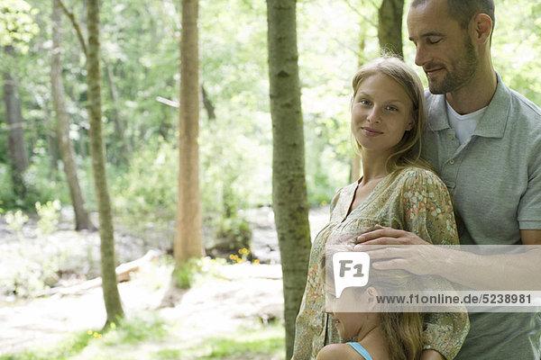Familie entspannen zusammen in Wäldern  Porträt