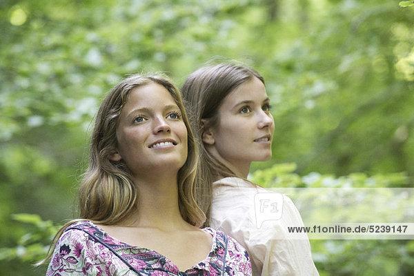 Freundinnen zusammen im Freien  portrait