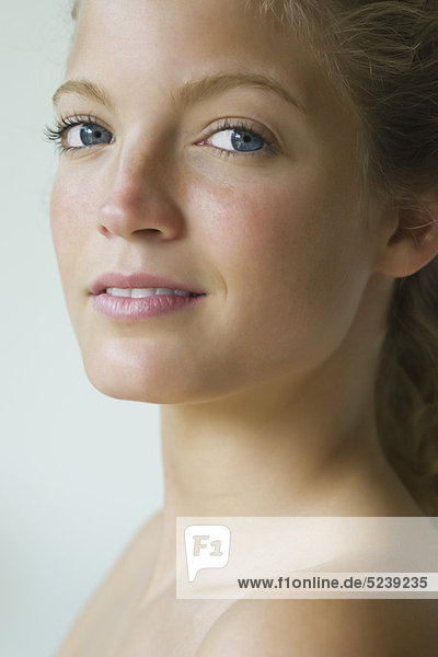 Junge Frau übermäßigschulter in die Kamera  Portrait