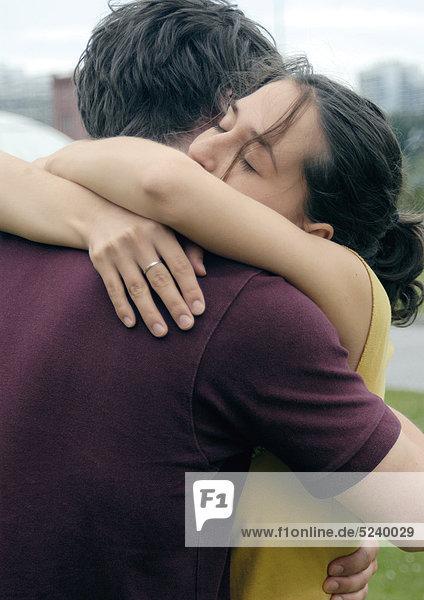 Paar  eng umarmt