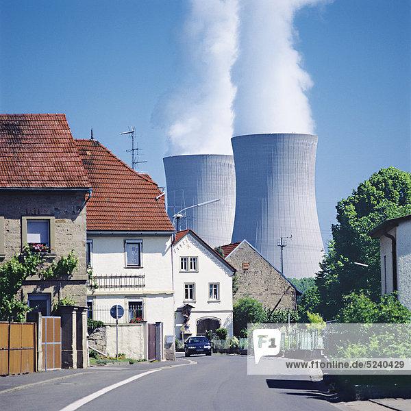 Kühltürme eines Kraftwerks über Dorfstraße