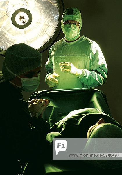 Chirurgen mit Patient im OP-Saal