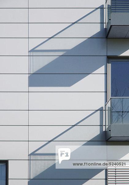 Fassade mit Balkonen  Schattenwurf  Detail