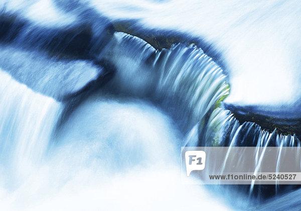 Wasser fließt über Felsstufe