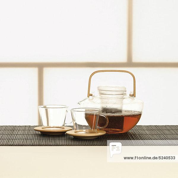 Teekanne und Tassen aus Glas