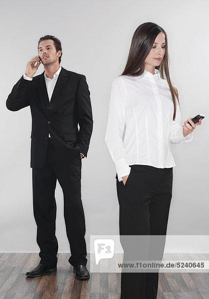 Paar  beide mit Handys  abgewandt
